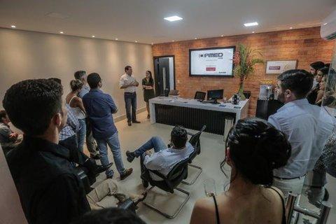 Loja da Opimed em Porto Velho oferece aparelho auditivo a usuários para teste gratuito durante uma semana