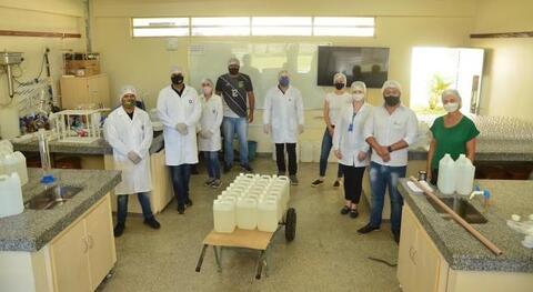 Fabricação de álcool 70%: parceria do Ifro de Vilhena com Sesc beneficia saúde local com grande doação