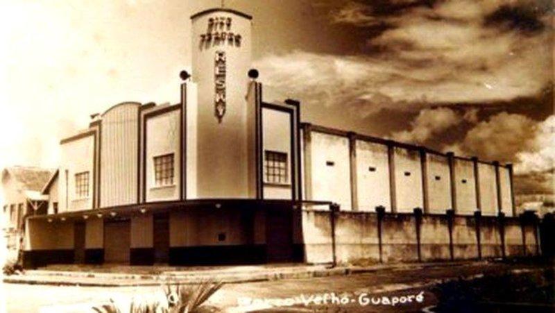 O Cine Teatro Resky abre sua cortina de veludo vermelho. Fascinada, Porto Velho rendeu-se à sua majestosa beleza. Ele foi inaugurado em 17 de junho de 1950. Um prédio monumental, imponente, majestoso, inovador na fachada contornada com lâmpadas que destacavam, projetavam e iluminavam suas linhas arquitetônicas, em puro art decó. Inspirado e copiado por George Chediak Resky, por onde andou pelo mundo, principalmente, nos teatros da Brodaway de Nova York. Seu palco foi inspirado no famoso Olimpiá, de Paris. Brilhava no centro de Porto Velho ao lado da Praça Rondon, no mesmo estilo.