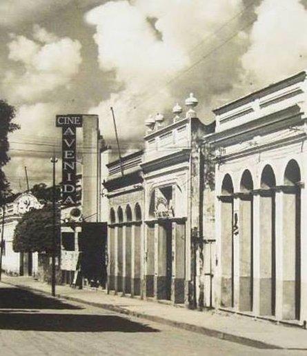 """Edificações situavam-se entre as Praças Rondon e Jônathas Pedrosa. Próximas à antiga Avenida Central, depois, 7 de Setembro, onde se destacava o Cine Avenida, um dos cinco cinemas que existiram em Porto Velho até os anos de 1940. O Bar Central também se destacava. As calçadas eram de pedra, as edificações de grande estilo, de arquitetura neoclássica, art decó, do período áureo da borracha. O que ainda resta está coberto por decoração ridícula, caso do Cine Resky, patrimônio histórico, público, inaugurado em 1950 com o filme mexicano """"A pecadora"""", estrelado pela estonteante Maria Félix. No ato, o governador Araújo Lima deixou mulheres extasiadas, porque nele viam semelhanças com astros do cinema mexicano. O prédio virou igreja. Antes o denominavam """"casa do pecado""""."""