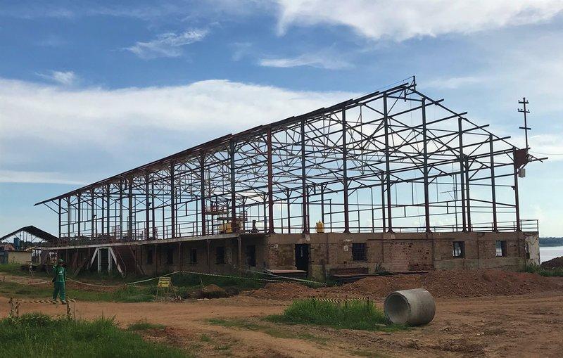 A estrutura do galpão 3 está sendo recuperada. O local receberá uma praça de alimentação com sacada.