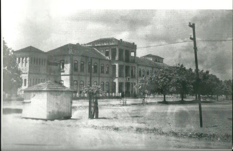 Prédio antigo, em 1935, que se transformou no Campus da  Faculdade Católica