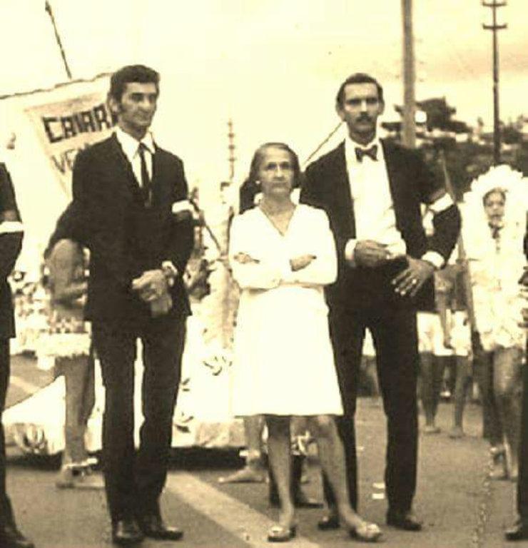 Dona Marise Castiel entre Geraldo Teixeira (esquerda) e Fernando Sadeck (direita) na concentração da Escola de Samba Pobres do Caiarí, durante o desfile de 1982 - Gente de Opinião