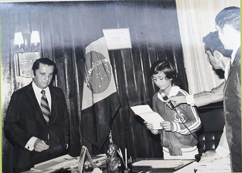O governador Theodorico Gahyva não resistiu à emoção ao entregar o cargo a uma criança de 12 anos. - Gente de Opinião