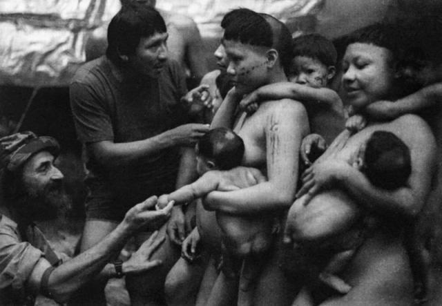 Sidney Possuelo e um guia matis que serviu de intérprete no primeiro contato pacífico com os Korubo. Foto: Ricardo Beliel, 1996 - Gente de Opinião