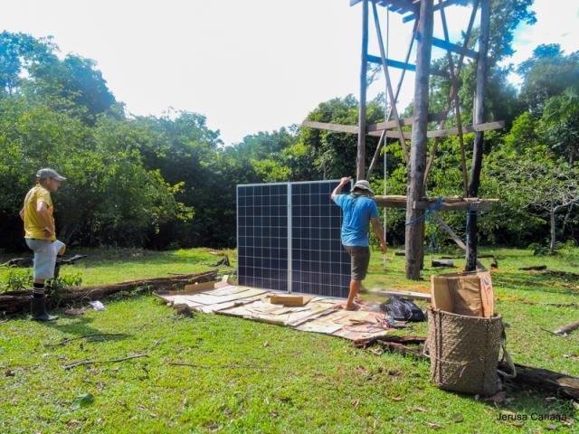 Placas solares sendo instaladas no Sítio Cacau, reserva Amanã. Foto: Jerusa Cariaga - Gente de Opinião