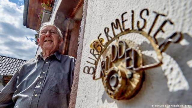 O democrata-cristão Josef Rüddel, de 94 anos, serviu por 56 anos como prefeito do vilarejo alemão de Windhagen - Gente de Opinião