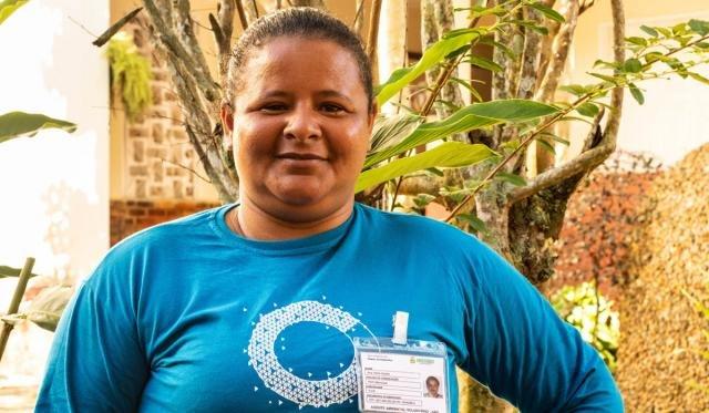 A moradora Ana Aquino agora faz parte de grupo que organiza ações ambientais em sua comunidade, que sofre com o descarte de lixo (Foto: Júlia de Freitas) - Gente de Opinião