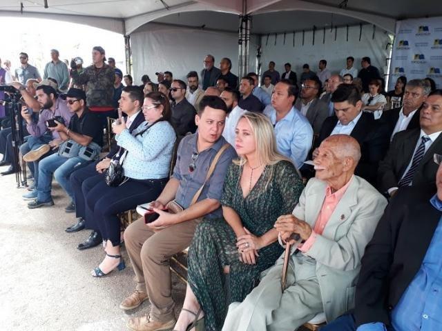 O jornalista Euro Tourinho, nos seus 97 anos, fez questão de estar presente. Ao seu lado, a sra.Ieda, primeira dama do Município - Gente de Opinião