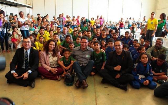 Secretário Pachá, secretária Luana e o governador Marcos Rocha, com os alunod - Gente de Opinião
