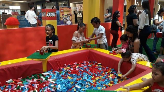 Naira Rodrigues (ao centro) brincando com o filho Fernando - Gente de Opinião