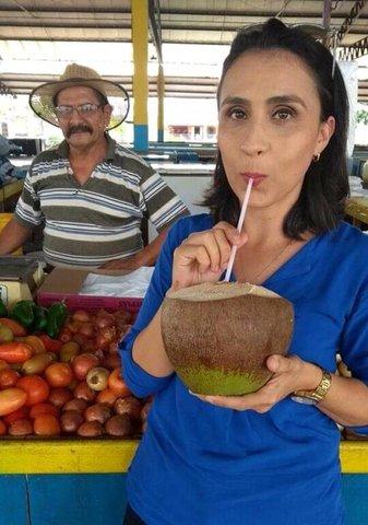 Seu Chapelão é conhecido em toda cidade pela interação animada com clientes como a jornalista Gabriela Cabral. - Gente de Opinião