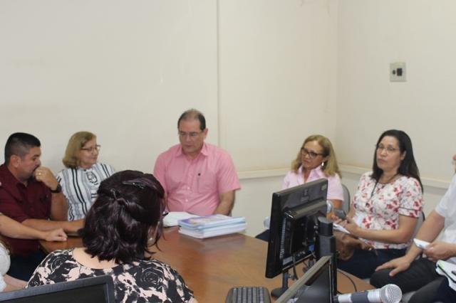 Daniel Pereira apresentando apostilas  Educação Emrpeendedora - Gente de Opinião