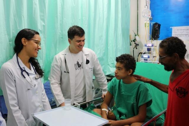 João Victor do lado de seu tio Francisco Bonifácio, sendo avaliado por Kênio Teixeira e Isabele Anghinoni - Gente de Opinião