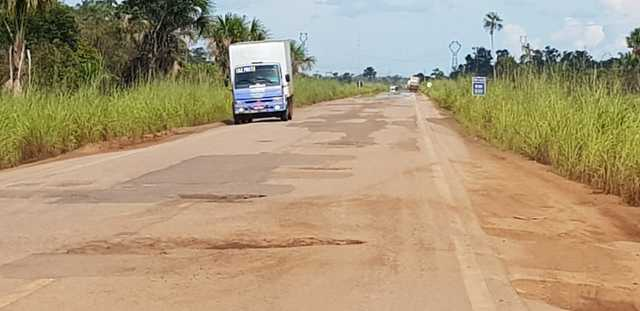 Esburacada, e sem sinalização a BR 364 que liga Jaci Paraná a Abunã é um perigo para motoristas - Gente de Opinião