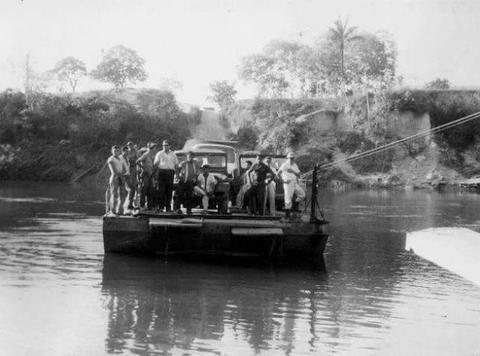 A travessia do Rio Candeias década de 70