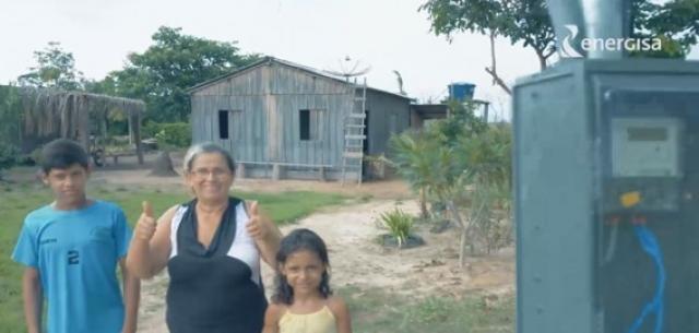 Dinéia Maria da Silva não tinha eletricidade em sua casa há 11 anos, desde quando chegou à cidade. - Gente de Opinião