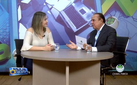 Aparício Carvalho conversa com a coordenadora, professora Carla Rezende, do curso de Estética e Cosmética da FIMCA