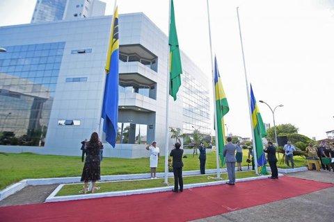 Ato cívico marca primeiro hasteamento da bandeira da Assembleia Legislativa, escolhida via concurso público