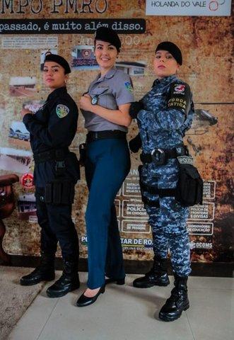 O militarismo não impede que elas deem um toque feminino ao visual - Gente de Opinião