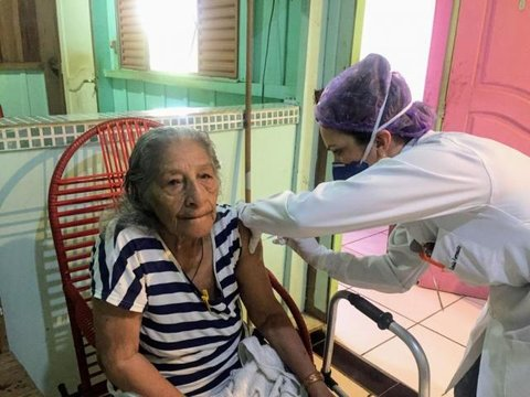 Prefeitura de Ji-Paraná leva vacina para idosos acamados