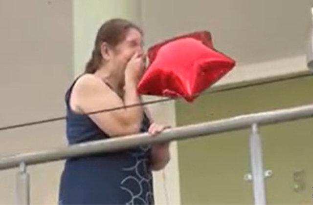 Família usa carro de som para celebrar os 64 anos de uma senhora que está em isolamento
