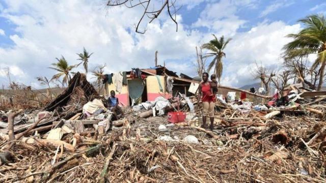 Imagens de um bairro de Haiti onde a população não dispõe de nenhuma infraestrutura básica de água e de saneamento. - Gente de Opinião