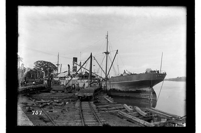 Navio com carga trazida para a obra da Madeira-Mamoré, atracado no porto da ferrovia - Gente de Opinião